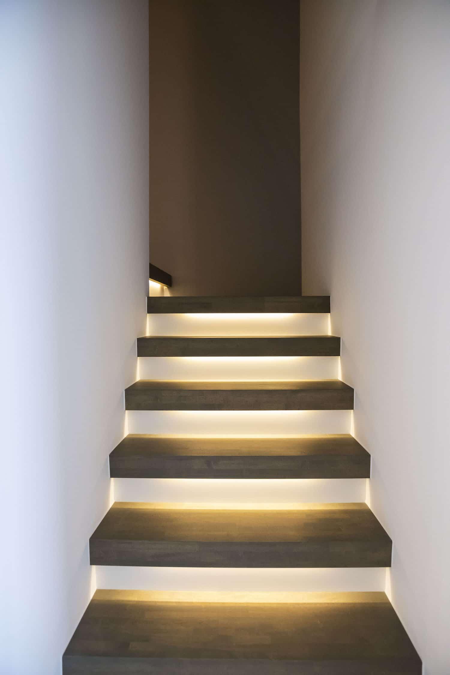 ZEN-trap tussen twee muren, tredes in Franse eik, overige delen zijn gelakt